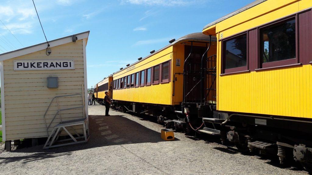 プケランギ駅のタイエリ鉄道列車