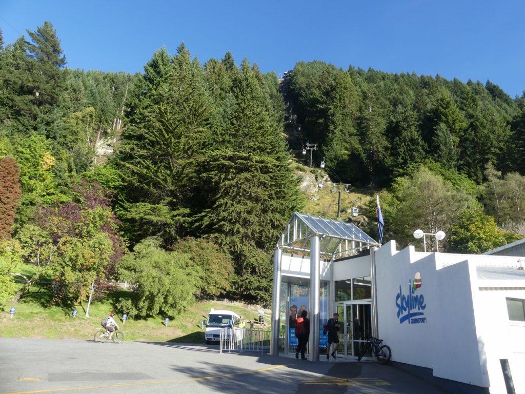クイーンズタウンの町からゴンドラ経由ベンロモンド山頂