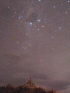 テカポ8月15日曇りの夜良き羊飼いの教会と南十字星