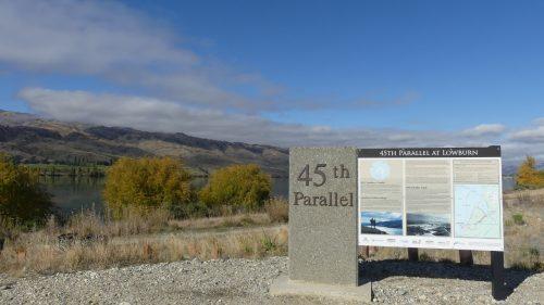 クロムウェルの南緯45度線標識