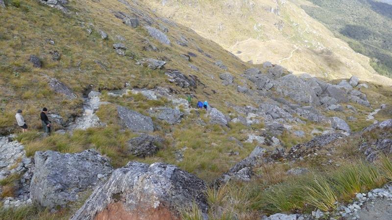 コニカルヒルへの急斜面、岩肌のトラック
